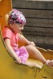 Het spelen van het meisje in het park stock foto