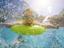 Het spelen van het meisje in het zwembad royalty-vrije stock afbeeldingen