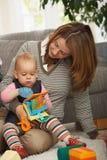 Het spelen van Mum en van de baby Royalty-vrije Stock Afbeeldingen