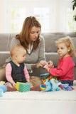 Het spelen van Mum met twee dochters Stock Foto