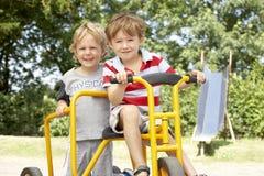 Het Spelen van twee Young Boys op Fiets Royalty-vrije Stock Fotografie