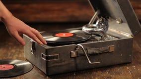 Het spelen van vinylverslagen op een retro grammofoon, potefone stock videobeelden