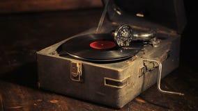 Het spelen van vinylverslagen op een retro grammofoon, potefone stock video