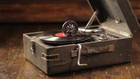 Het spelen van vinylverslagen op een retro grammofoon, potefone stock footage