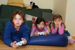 Het spelen videospelletjes Stock Foto