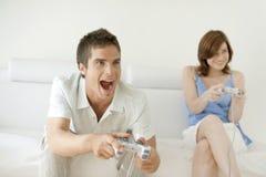 Het spelen Videospelletjes thuis Royalty-vrije Stock Foto's