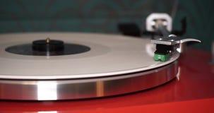 Het spelen vinyl op de speler stock footage