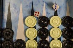 Het spelgebied in een backgammon met dobbelt en controleurs royalty-vrije stock afbeelding