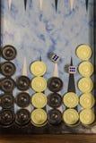 Het spelgebied in een backgammon met dobbelt en controleurs stock afbeeldingen