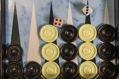 Het spelgebied in een backgammon met dobbelt en controleurs royalty-vrije stock foto