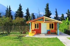 Het spelhuis van kinderen in een werf Royalty-vrije Stock Foto