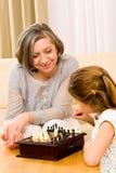 Het spelschaak van de grootmoeder en van de kleindochter samen royalty-vrije stock foto's