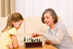 Het spelschaak van de grootmoeder en van de kleindochter samen stock afbeeldingen