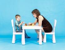 Het spelschaak van de moeder en van de zoon Familie en onderwijsconcept Stock Foto