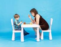 Het spelschaak van de moeder en van de zoon Familie en onderwijsconcept Royalty-vrije Stock Afbeeldingen