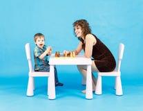 Het spelschaak van de moeder en van de zoon Familie en onderwijsconcept Stock Fotografie