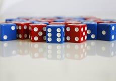Het spelspel dobbelt rood blauw willekeurig aantal Stock Fotografie