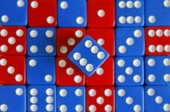Het spelspel dobbelt rood blauw willekeurig aantal Stock Afbeeldingen