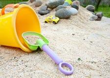 Het spelspel van het kind met emmer en zand Royalty-vrije Stock Foto