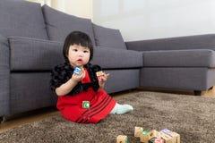 Het spelstuk speelgoed van het babymeisje blok royalty-vrije stock fotografie