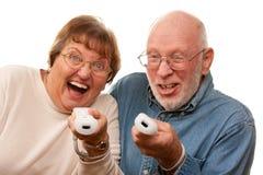 Het Spelvideospelletje van het pret Hoger Paar met Remotes stock fotografie