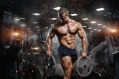 Het spier atletische bodybuildergeschiktheid model stellen na exercis stock afbeelding