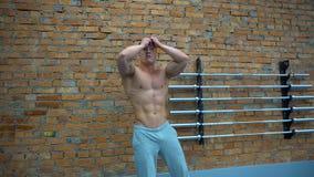 Het spier en geschikte bodybuilder stellen toont de kernspieren aan stock videobeelden