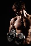 Het spier en geschikte jonge mannelijke model die van de bodybuildergeschiktheid ove stellen Royalty-vrije Stock Afbeelding