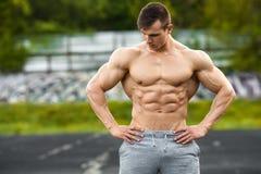 Het spiermens openlucht uitwerken Sterke mannelijke naakte torsoabs, buiten Stock Afbeelding