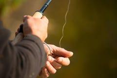 Het spinnen in de handen van de visser Royalty-vrije Stock Foto