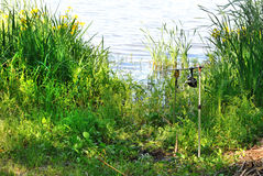 Het spinnen met rol in bijlage aan pijlers op meer. Royalty-vrije Stock Foto