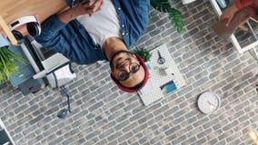 Het spinnen time lapseportret van de gebaarde mens die in modern creatief bureau glimlachen stock video
