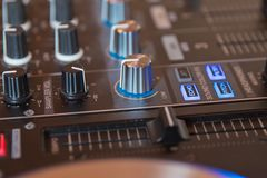 Het Spinnen van DJ, het Mengen zich, en het Krassen in een Nachtclub, Handen van DJ knijpen diverse spoorcontroles op het dek van stock foto's