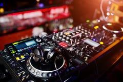 Het spinnen van DJ mengende en krassende spoorcontroles op het dek st van DJ ` s royalty-vrije stock afbeelding