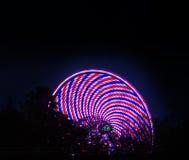 Het spinnen van het reuzenrad bij nacht stock foto