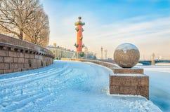 Het Spit van Vasilievsky-eiland bij een wazige ijzige de winterdag Stock Foto's