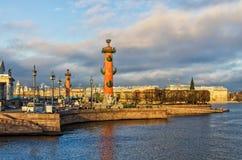 Het Spit van Vasilievsky-Eiland schoot van Dvortsovy-Paleisbrug Stock Afbeeldingen