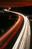 Het spitsuurverkeer van de nacht. stock fotografie