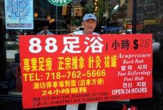 Het spoelen, NY: Mens met de Reclame van Teken Royalty-vrije Stock Afbeeldingen