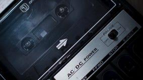 Het spoelen van audiocassette in een retro jaren '70 draagbaar registreertoestel stock footage