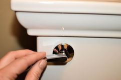 Het spoelen van een Toilet Stock Afbeeldingen