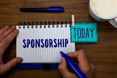 Het Sponsoring van de handschrifttekst Concept die Persoon of bedrijf betekenen die financiële materiële de Markeerstiftenblocnot royalty-vrije stock afbeeldingen