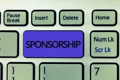 Het Sponsoring van de handschrifttekst Het concept die Positie van het zijn betekenen een sponsor geeft financiële steun voor act stock foto
