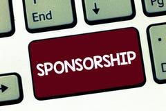 Het Sponsoring van de handschrifttekst Het concept die Positie van het zijn betekenen een sponsor geeft financiële steun voor act royalty-vrije stock foto's