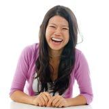 Het spontane Aziatische vrouw lachen Royalty-vrije Stock Afbeeldingen