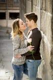 Het spontane portret van mooi Europees paar met nam in liefde het kussen op straatsteeg het vieren Valentijnskaartendag toe Stock Afbeeldingen
