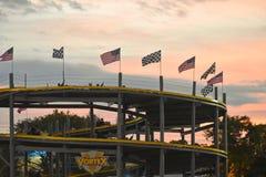 Het spoor met dubbel-Seat gaat -gaan-karts op kleurrijke zonsondergangachtergrond bij Kissimme-gebied royalty-vrije stock foto