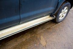 Het spoor van de autoband en schoenenteken op de modder Stock Foto's