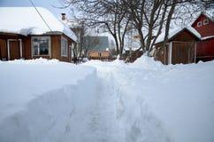 Het spoor van de sneeuw aan de plattelandshuisjedeur Royalty-vrije Stock Foto