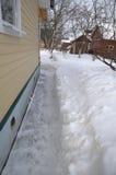 Het spoor van de sneeuw aan de plattelandshuisjedeur Royalty-vrije Stock Foto's